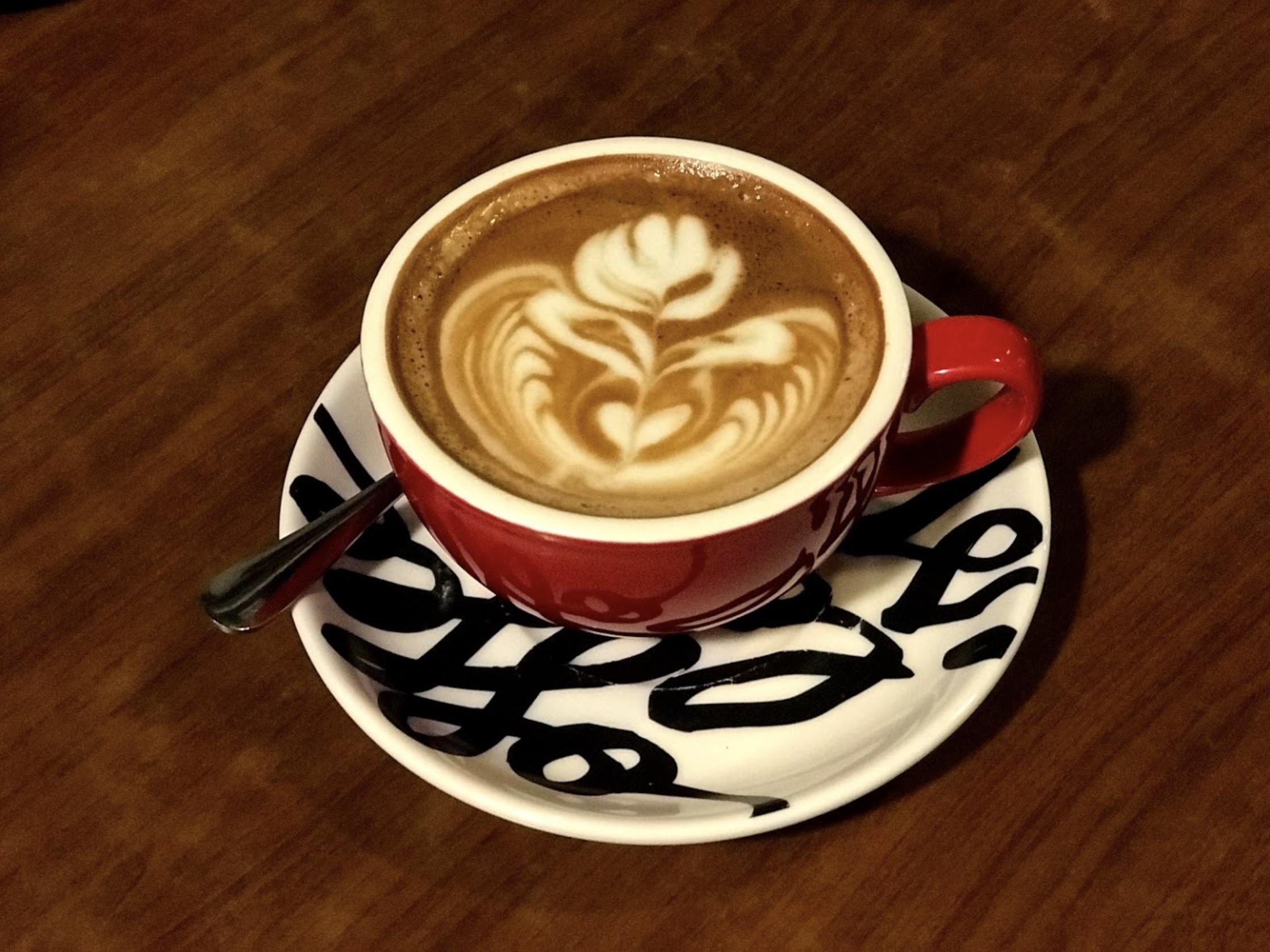 深水埗美食 / 熱朱古力不太甜,而且有拉花,感覺相當美好。 / Café Sausalito / 朱古力咖啡
