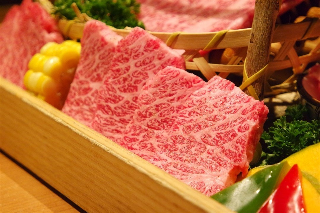 旺角燒肉旺角燒肉/和牛燒肉‧純/和牛牛排肉比較適合個人既口味,整體肉質雖然相對較瘦。 雪花既比例卻因為咁而相對洽到好處,比較適合鍾意食相對乾身D同埋怕肥膩既朋友!