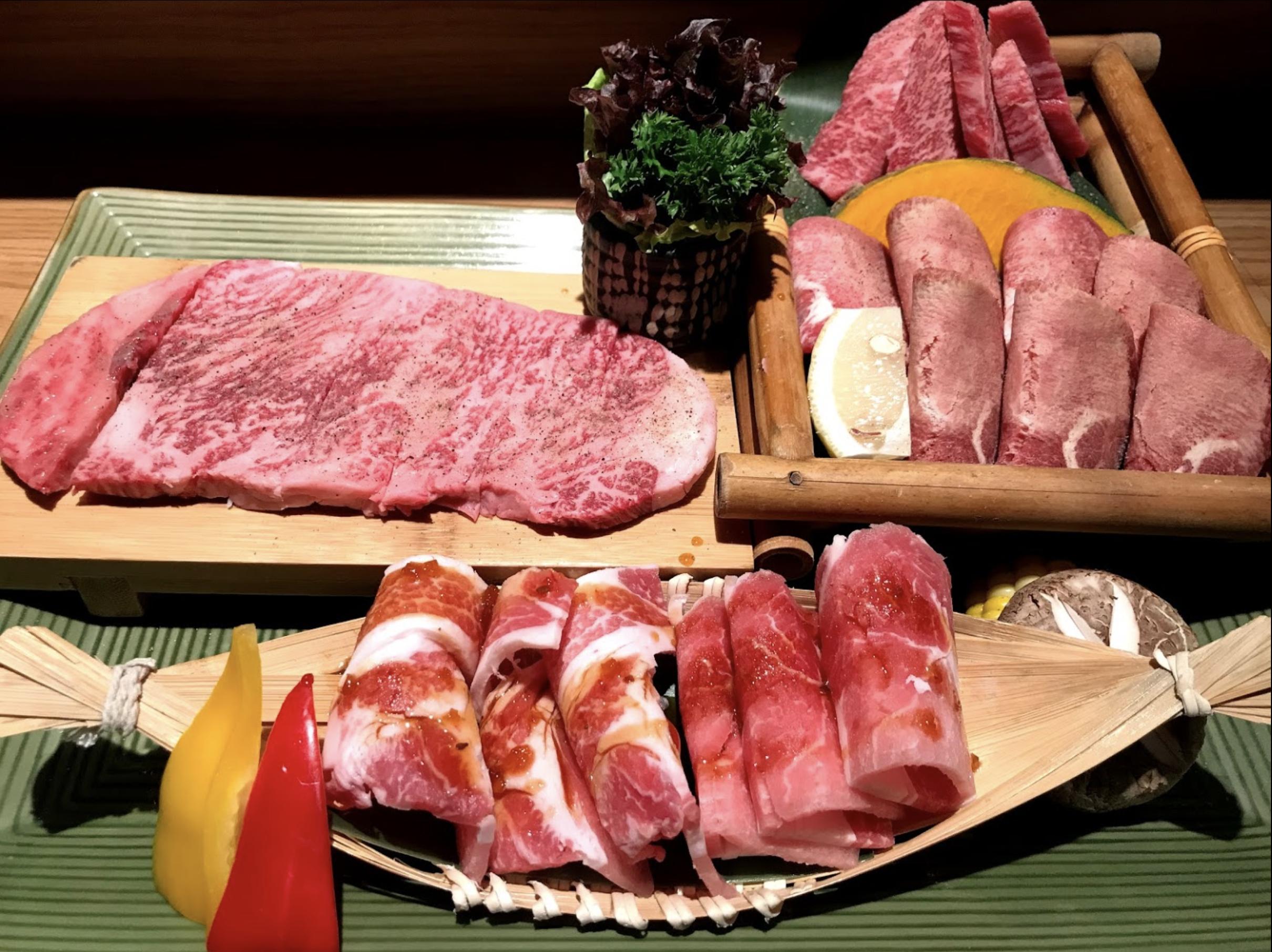 旺角燒肉/和牛燒肉‧純/和牛拼盆有牛肉眼,牛排肉,牛肩眼,五花肉等等。賣相已經好吸引, 擺位整齊精美。 而且拼盆上都有配菜可以一齊燒,燒完和牛仲可以夾菜一齊食,另有一番滋味。
