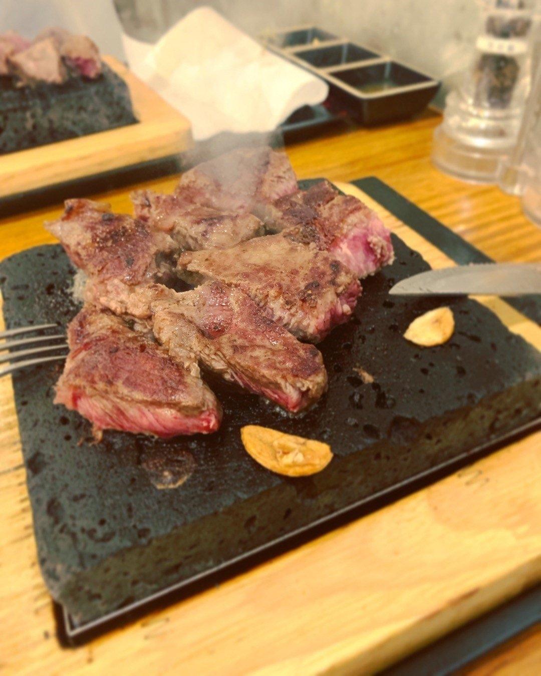 旺角燒肉/牛極/牛柳大大件口肉冇比用石燒可以自行煮嘅熟度,食唔成熟第一啖跑落去果然唔錯好重牛肉味肉質比較結實, 脂肪比較少不良都唔少喎配埋白飯同埋沙律啱啱好。