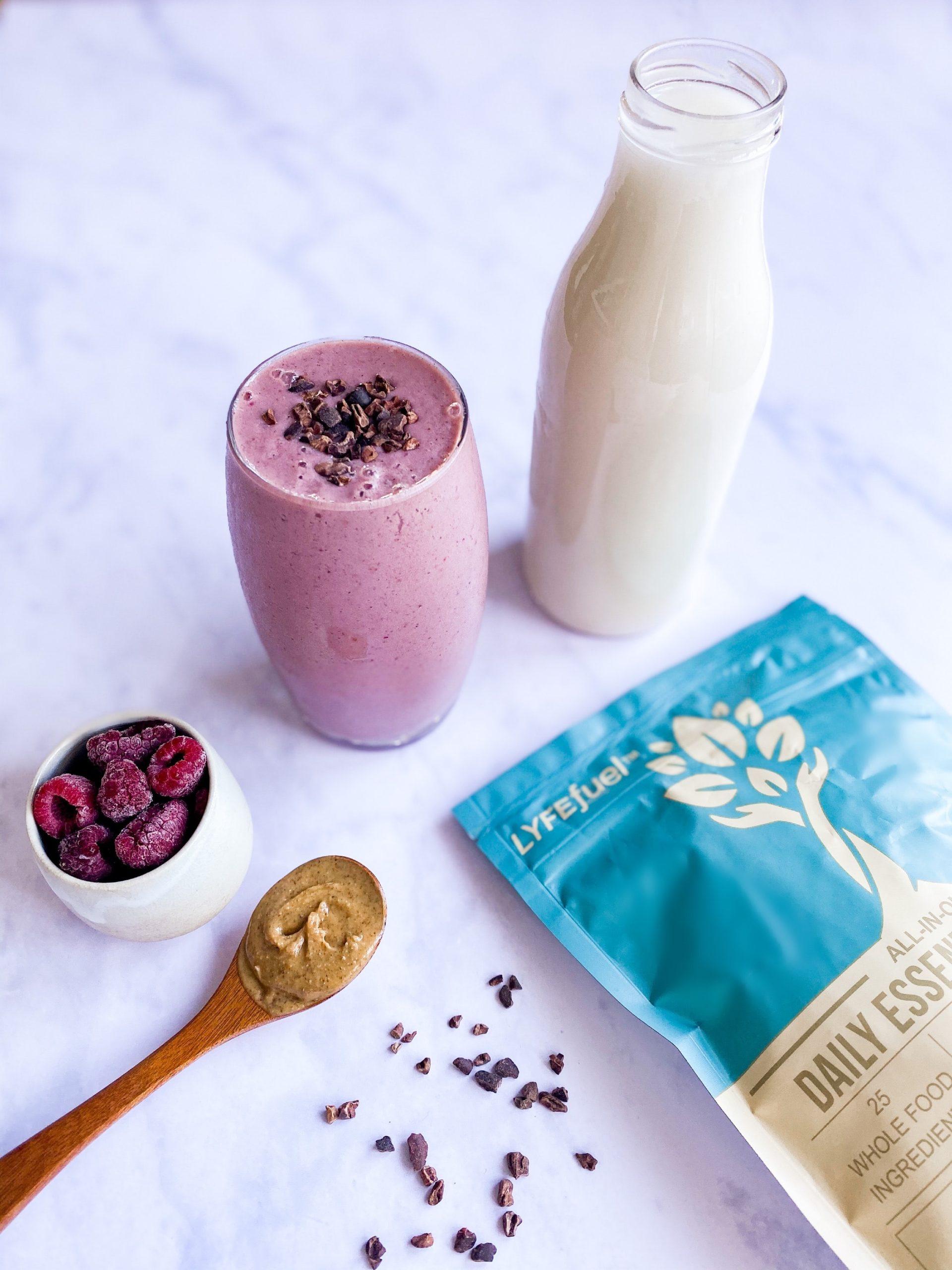 生酮飲食挑選上,可以喝高蛋白飲、杏仁奶、豆漿、全脂牛奶、抹茶、奶昔等;但要注意的是,除了選擇無糖之外,蛋白質比例也要控制好,掌握生酮飲食中,高蛋白碳水化合物的份量與比例。