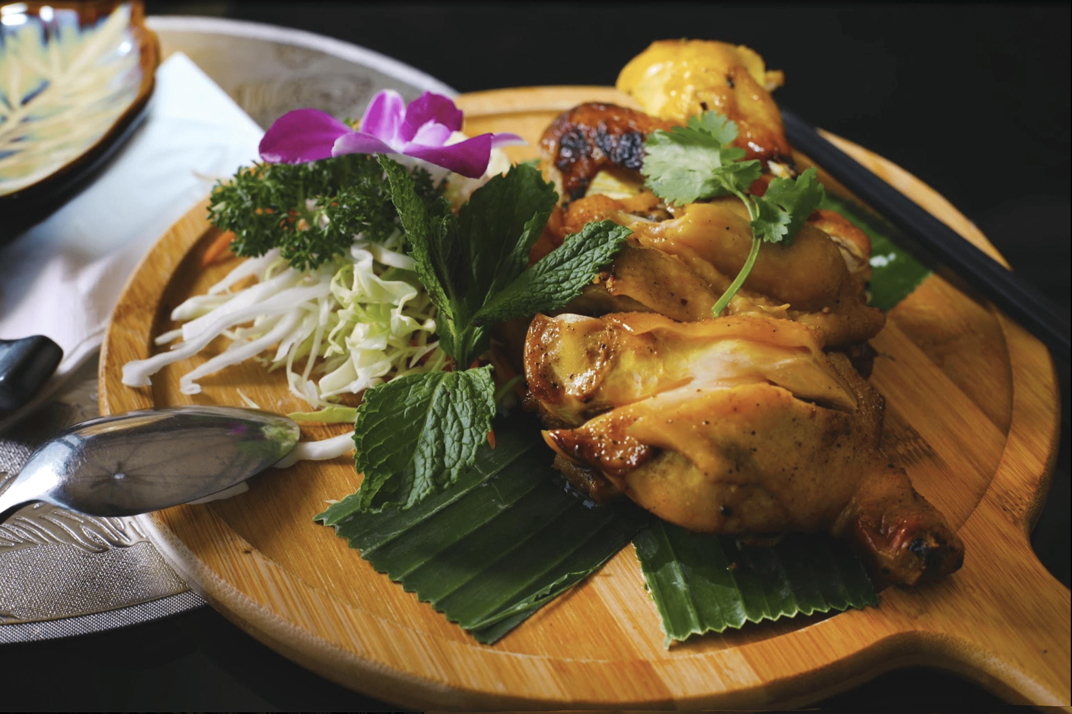 西貢美食/泰式燒雞/雞皮燒得香脆可口,甜甜地,較油膩,雞肉嫰滑,沾上泰式酸辣醬更滋味~(網上圖片)/泰道 Thai Dao/