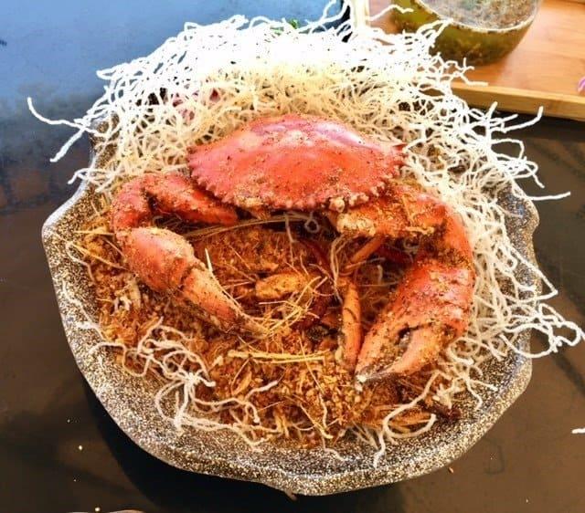 西貢美食/爆炸蟹/泰道 Thai Dao/爆炸蟹,蟹經過油炸保留肉汁名更令蟹膏不會被沖散,爆發性的香味,完全散發出來;蟹肉,彈牙又鮮甜。滿滿炸得鬆化的粉絲舖於整碟面,一撥開粉絲後就出現了一個會發光的畫面。(網上圖片)