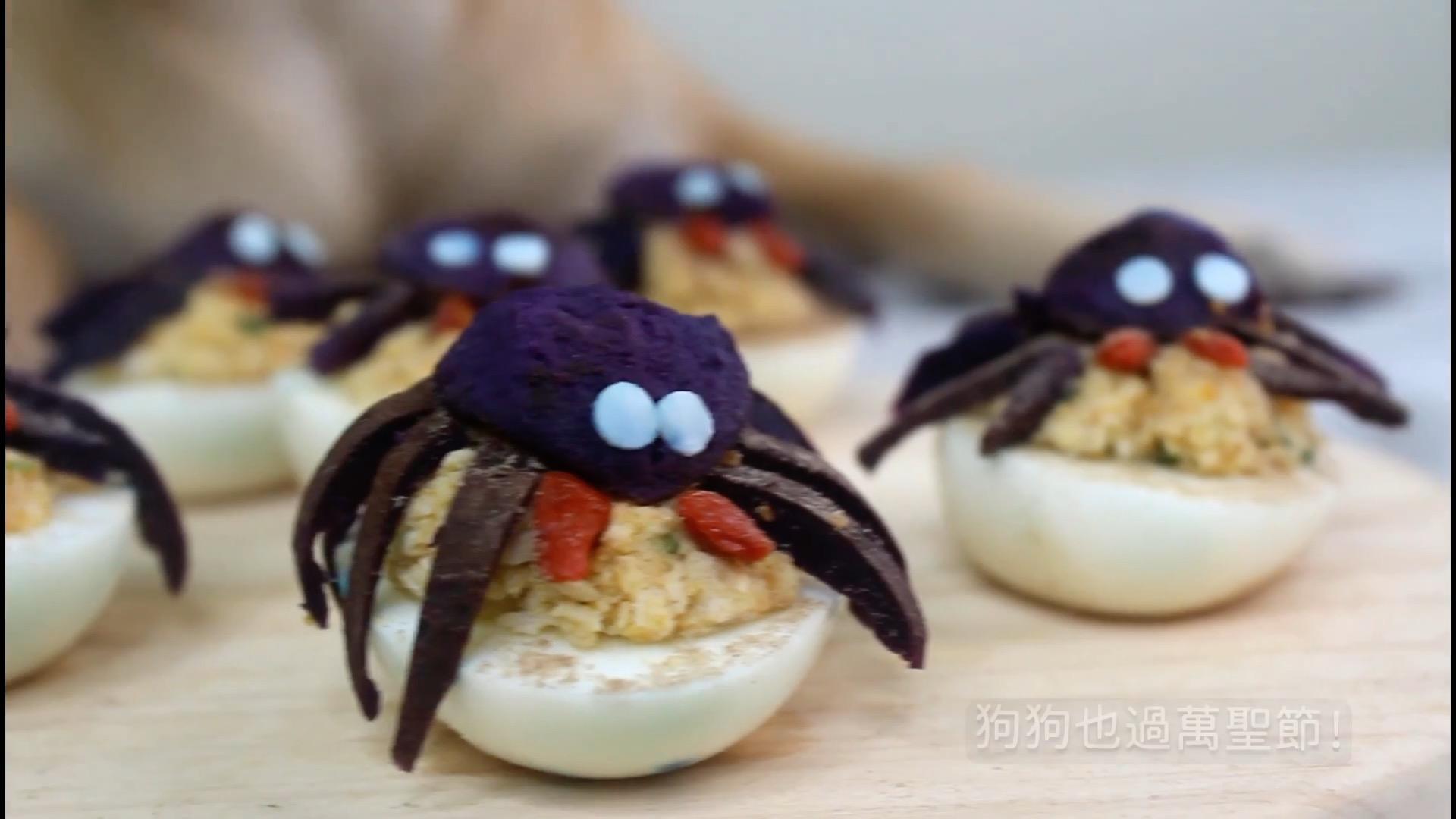 將一部份紫薯切條,一部份壓成泥,製作蜘蛛身體