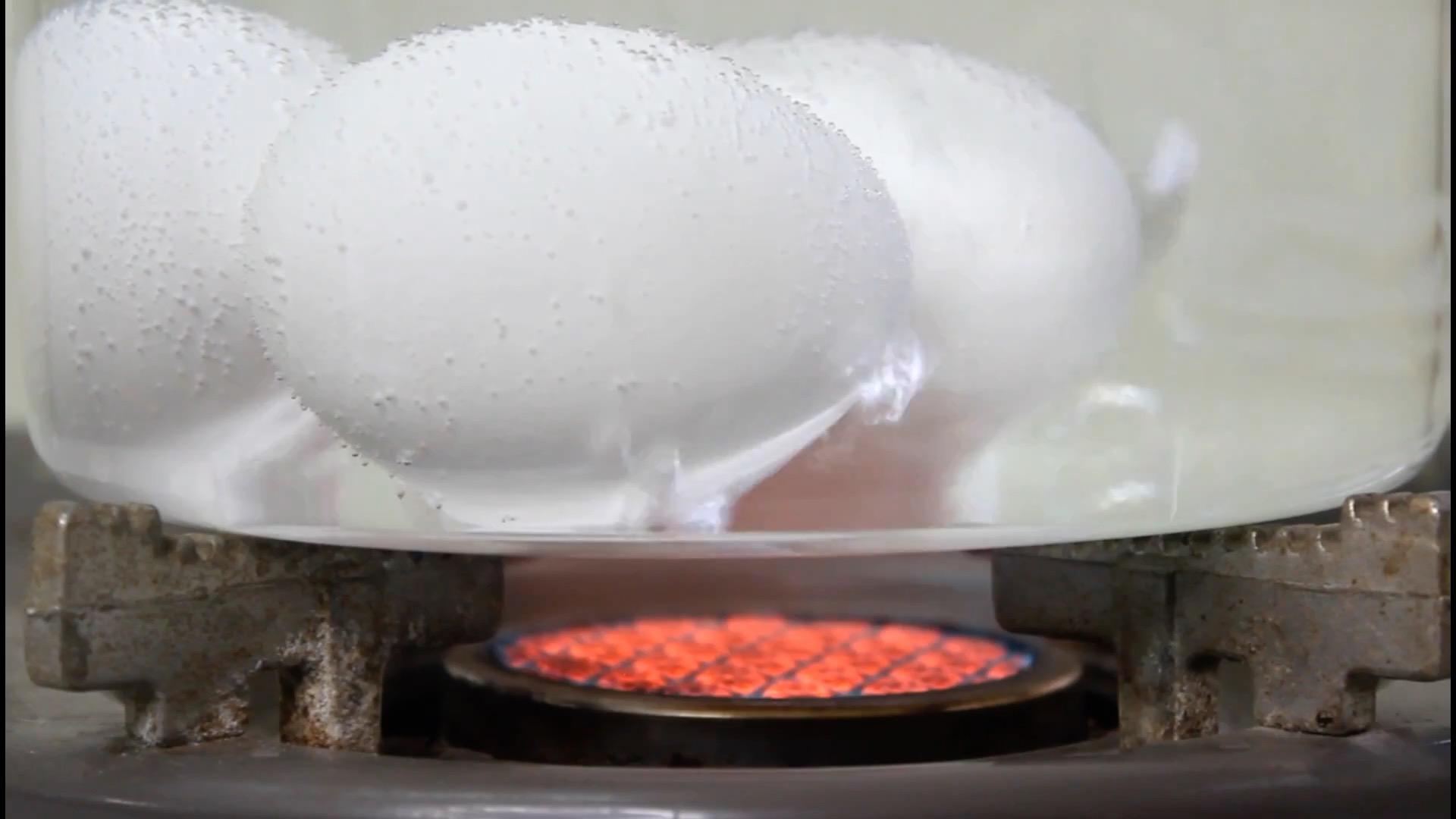 放入雞蛋在冷水,開火,水沸騰後立即熄火